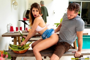 RealityKings - Quinn Wilde Cumming To The Cookout SneakySex