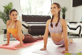 RealityKings - Cassidy Klein, Vanessa Veracruz Pussy Meditation WeLiveTogether